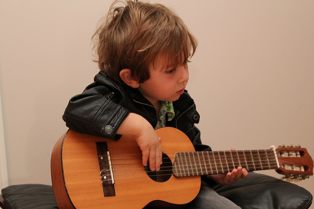 how to choose a guitar for kids oia music. Black Bedroom Furniture Sets. Home Design Ideas